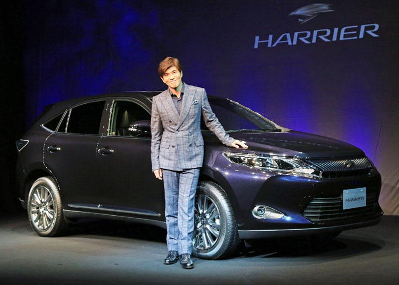 全面改良されたトヨタの新型ハリアーと、発表会に登場した俳優の佐藤浩市さん=東京都江東区