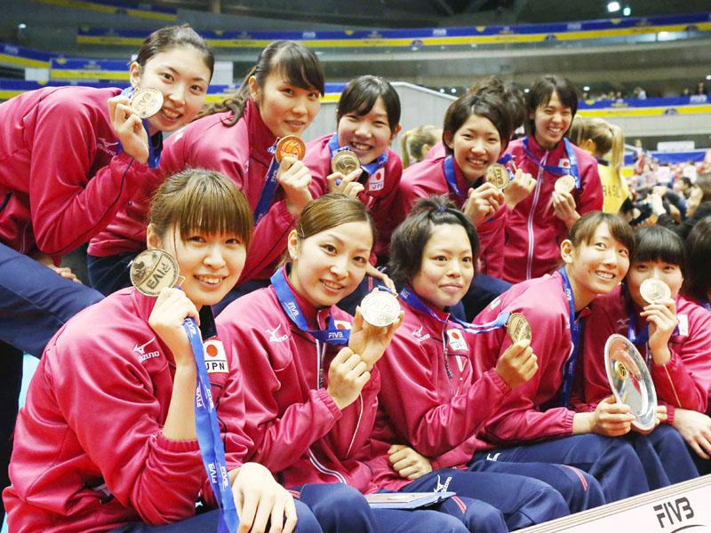 銅メダルを手にする木村(左端手前)ら全日本女子=17日、東京体育館