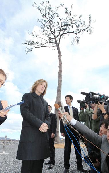 ケネディ大使、陸前高田市で「一本松」視察