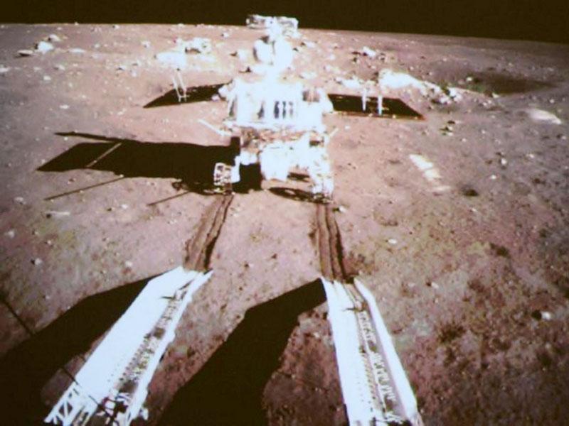 中国の無人探査車「玉兎号」、月面に