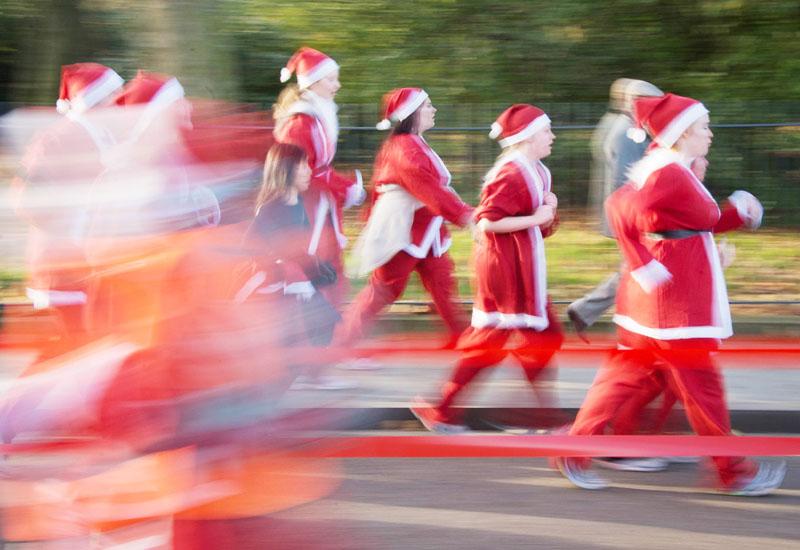 「サンタ・ラン」、子供支援でサンタが疾走