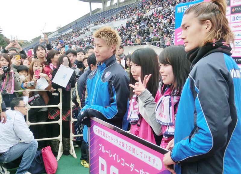 師走に満開、チームカラーに身を包む「桜女子」