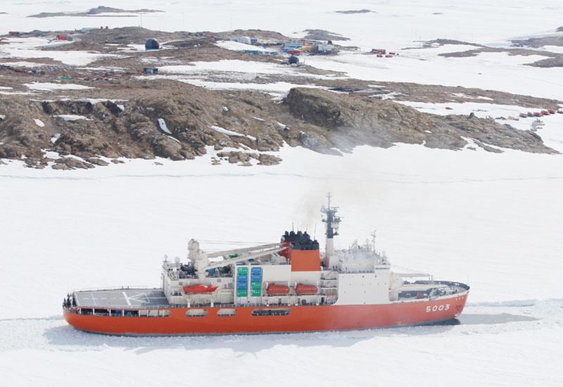 南極観測船「しらせ」、3年ぶりに昭和基地接岸