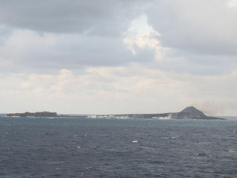 海上から見る「新島」