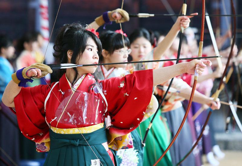 京都市の三十三間堂で新成人の通し矢