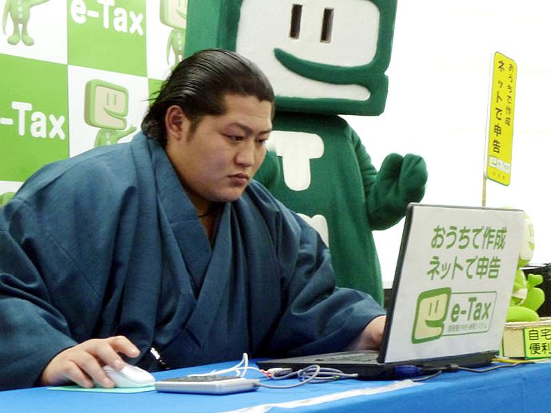 大相撲の前頭遠藤、ネットで確定申告を体験