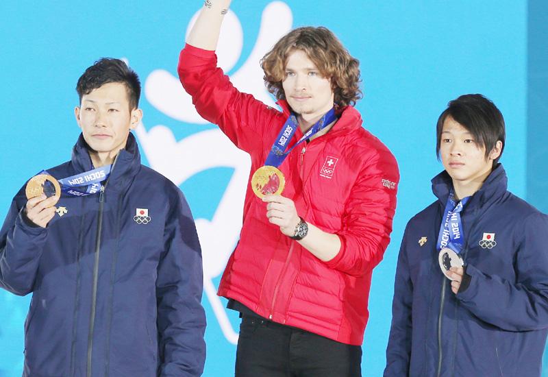 スノーボードの表彰式、平野歩夢と平岡卓に授与