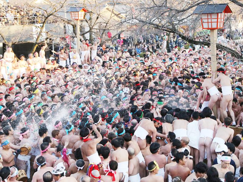 愛知・稲沢市で勇壮な「国府宮はだか祭」