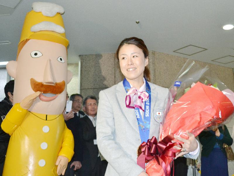 小野塚彩那選手が県庁訪問、県民栄誉賞を授与