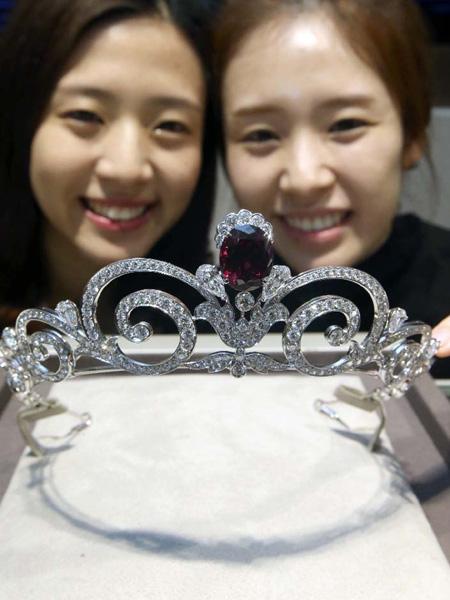 ガーネットとダイヤモンド、1億円以上の輝き
