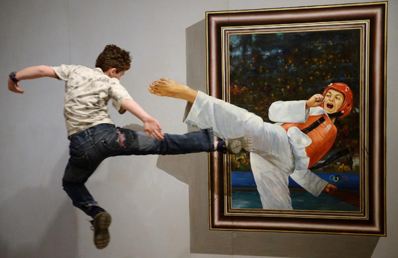 迫真の攻防、展示会「君もアートだ!」の一こま