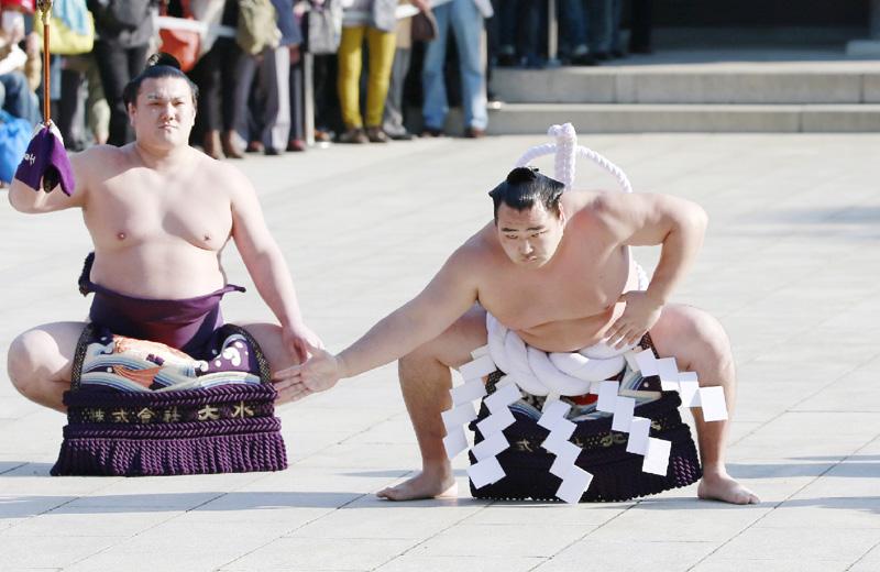 新横綱鶴竜が堂々と、明治神宮で奉納土俵入り 奉納土俵入りで雲竜型を披露する鶴竜(右)。太刀持ちは