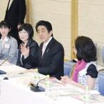 安倍首相、女性リーダーの連携を支援