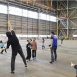 成田空港の格納庫で紙飛行機大会