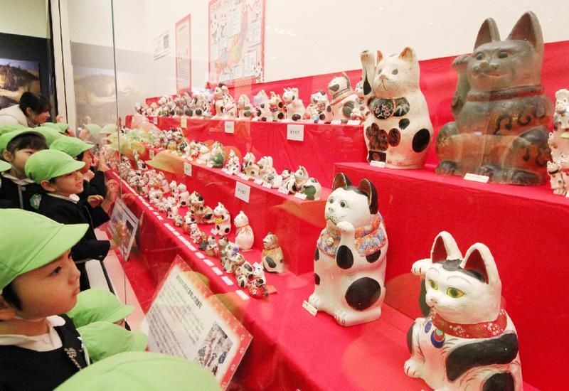 「まるごと猫展」に各地の招き猫170体が大集合