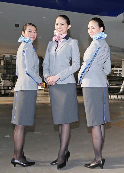 全日空の客室乗務員、青ラインの新制服に