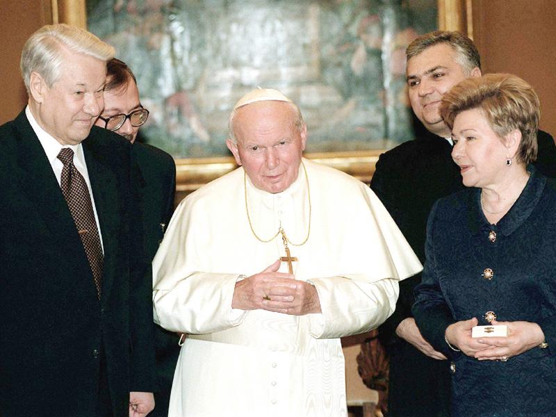 「空飛ぶ法王」故ヨハネ・パウロ2世「聖人」に