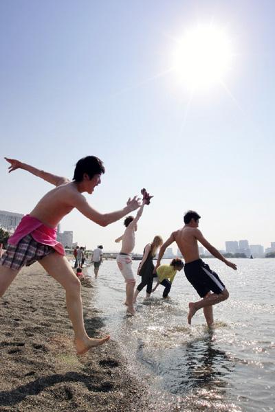 """お台場海浜公園で""""夏""""の日差しを浴び水遊び"""