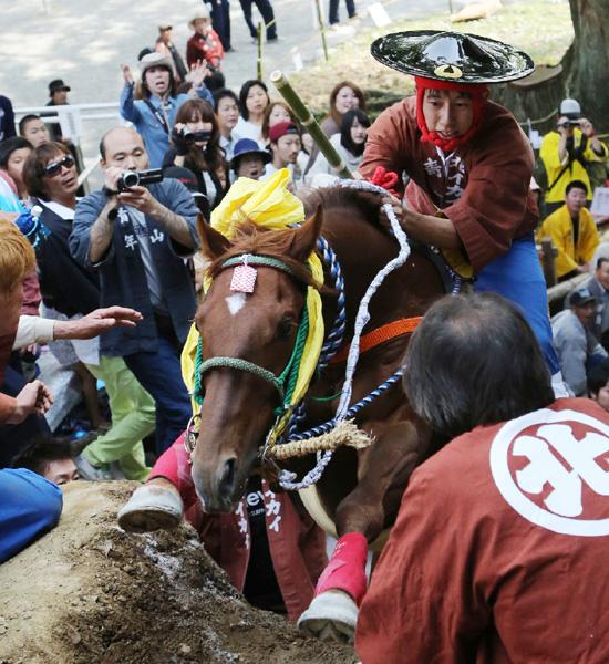 三重・桑名市の多度大社「上げ馬神事」に歓声