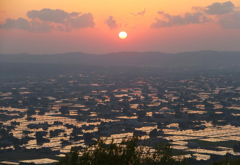 夕焼けに赤く染まる、富山県の砺波平野
