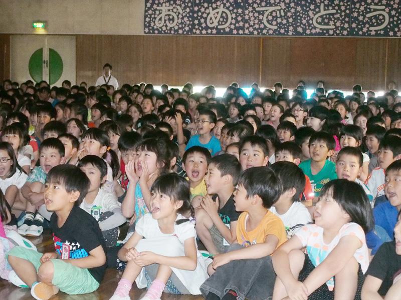 母校の小学生らが若田さんの帰還に歓声