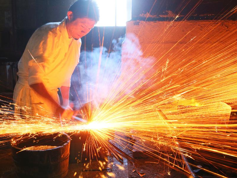 鍛冶職人の浅野さん、渡仏を前に匠の技を披露