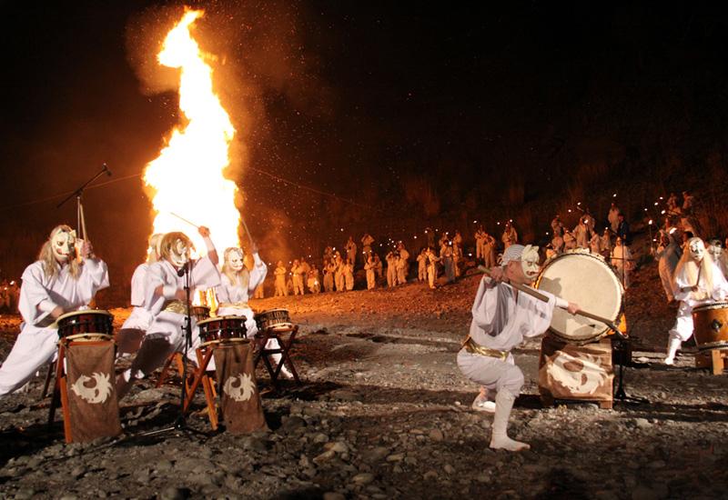 山の怒りを鎮める火祭り