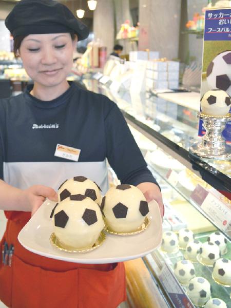 ユーハイム、ボール形ケーキで甘い声援を