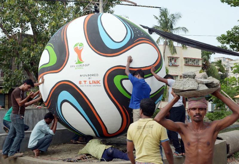 巨大サッカーボールがこんな場所でも
