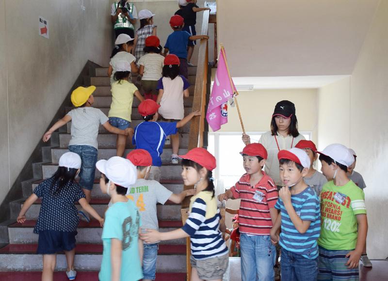 新潟地震から50年、小中学校や会社で避難訓練