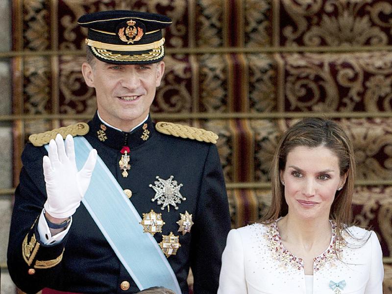 スペイン新国王が即位、国家統合へ重責を担う