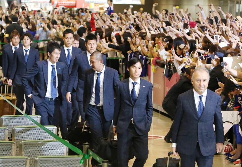 W杯サッカー日本代表が成田航空へ帰国