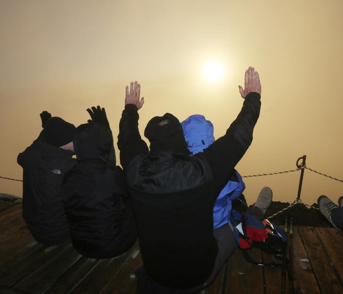 山開きを迎えた富士山で金色のご来光