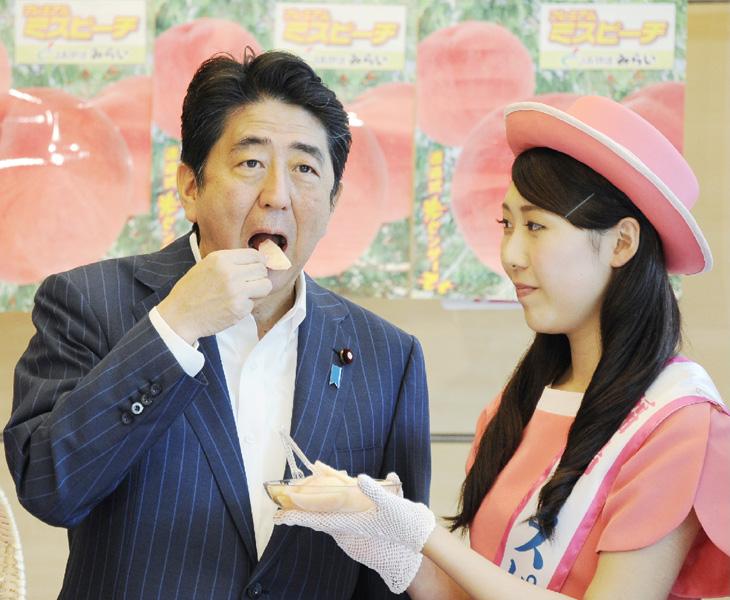 ミスピーチが首相官邸訪問、福島産桃アピール