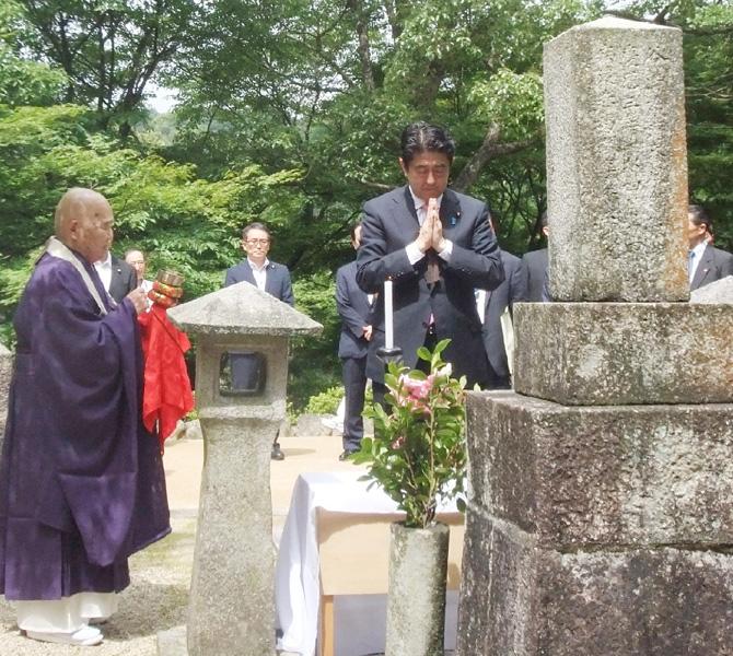 安倍首相、下関市の東行庵で高杉晋作に墓参