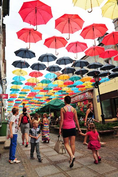 700本の傘が出現、雨が降っても大丈夫?