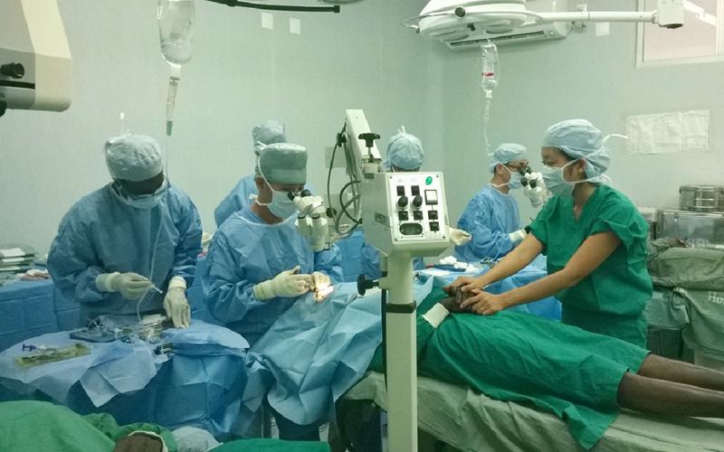 日本の眼科医療ボランティアAOSAが白内障手術