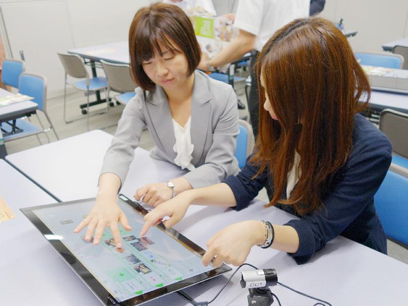 全国初、グループ学習に大型タブレットを活用