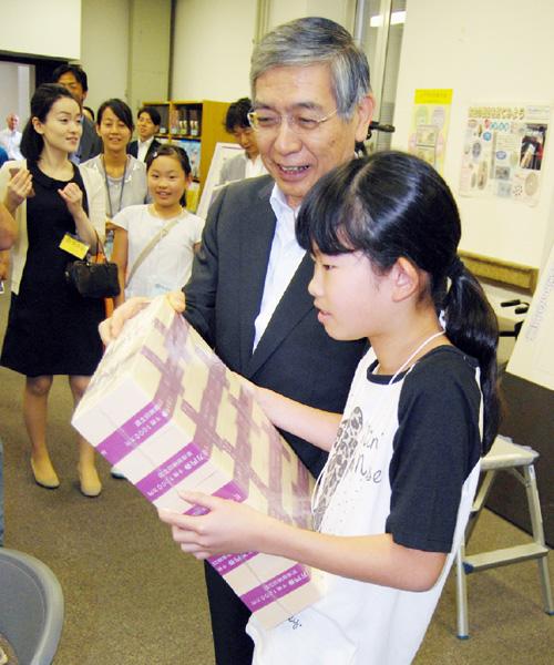 日銀夏休み見学会で1億円の重さを体験