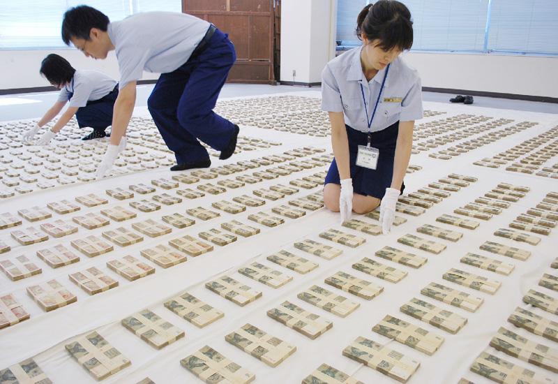 横浜税関、引き揚げ者の通貨虫干し作業を公開