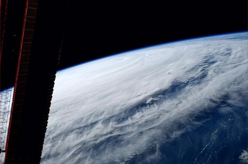 強い台風11号、渦巻く白い雲