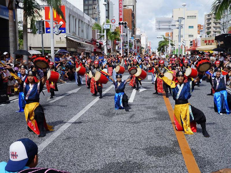 国際通りに約4000人のエイサー隊