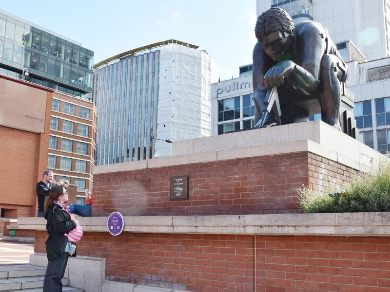 町中にある歴史的著名人の銅像がしゃべる?