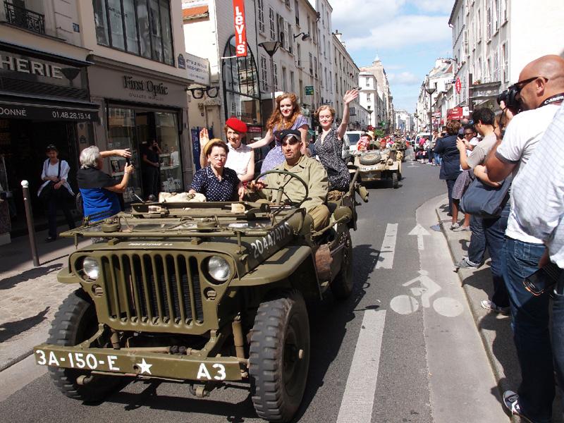 パリ解放70年、第2次大戦の連合軍を再現