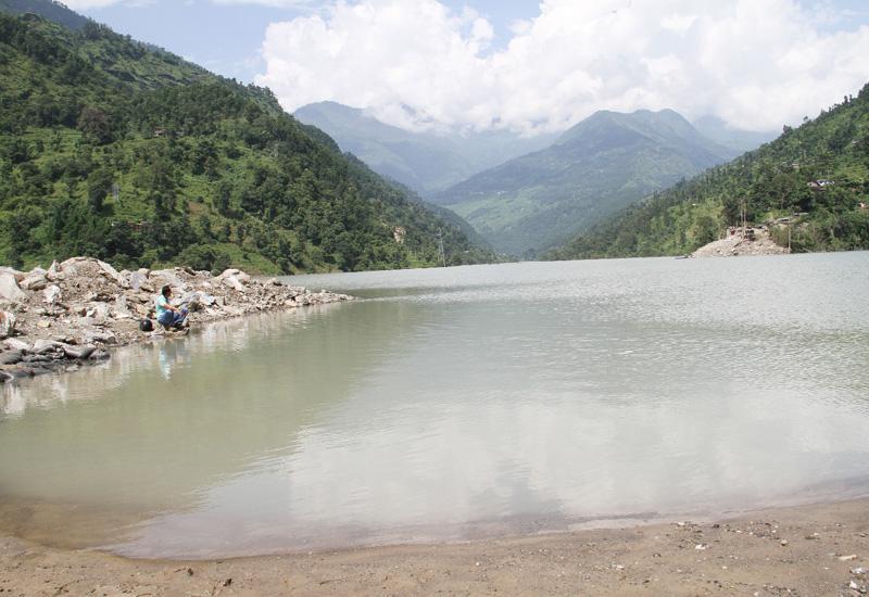 ネパール、地滑りで世界最新の湖が出現