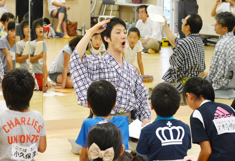 狂言師の野村萬斎さんが小学生を指導