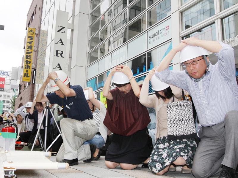 首都直下型地震に備え、東京・銀座で震災訓練