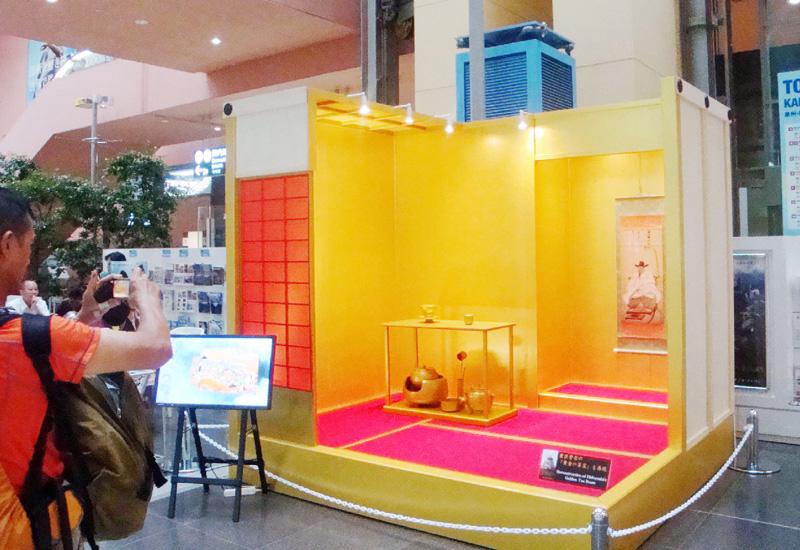 組み立て式「黄金の茶室」が関西空港に再現