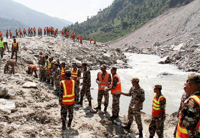 ネパールの世界最新の湖、自然堰が決壊