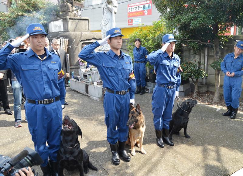 捜査員が呼びかけ「人のために働く犬を大切に」